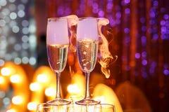Dos vidrios de champán con humo Imagenes de archivo
