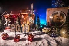 Dos vidrios de champán con la decoración de la Navidad Bebida tradicional del alcohol de las vacaciones de invierno en nieve con  imagen de archivo