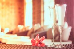 Dos vidrios de champán con la flor roja en un balneario gandulean Ti del balneario Imagenes de archivo