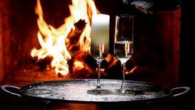 Dos vidrios de champán con la llama en fondo almacen de metraje de vídeo