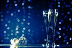 Dos vidrios de champán con los juguetes de la Navidad Bok festivo de las luces Imágenes de archivo libres de regalías
