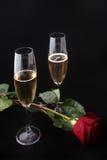 Dos vidrios de champán con subieron imagen de archivo