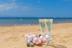Dos vidrios de champán de la Navidad Fotos de archivo libres de regalías