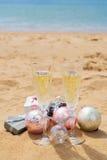 Dos vidrios de champán de la Navidad Imagenes de archivo