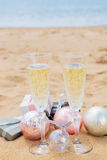 Dos vidrios de champán de la Navidad Foto de archivo