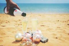 Dos vidrios de champán de la Navidad Foto de archivo libre de regalías