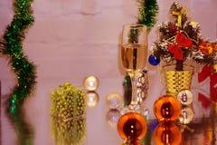 Dos vidrios de champán en el fondo del árbol de navidad y de los ornamentos fotos de archivo