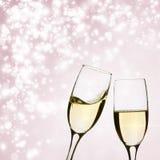 Dos vidrios de champán en fondo del brillante Foto de archivo