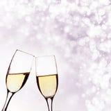 Dos vidrios de champán en fondo del brillante Imagenes de archivo