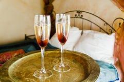 Dos vidrios de Champán en la bandeja de oro Imagen de archivo