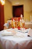 Dos vidrios de champán en la tabla Fotos de archivo libres de regalías