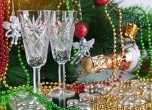 Dos vidrios de champán sobre fondo de los Años Nuevos del color Fotografía de archivo