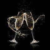 Dos vidrios de champán sobre fondo negro imagen de archivo libre de regalías