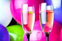 Dos vidrios de champán y de globos en partido Fotos de archivo libres de regalías