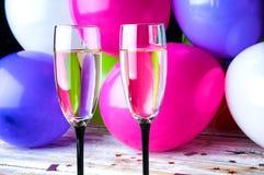 Dos vidrios de champán y de globos en partido Imagen de archivo