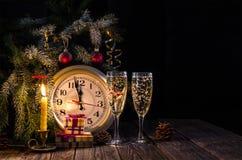 Dos vidrios de champán y de velas festivas Imagen de archivo