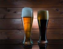Dos vidrios de diversa cerveza coloreada Foto de archivo libre de regalías