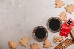 Dos vidrios de galletas del café sólo y del pan de jengibre Fotografía de archivo libre de regalías