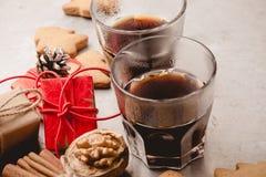 Dos vidrios de galletas del café sólo y del pan de jengibre Imágenes de archivo libres de regalías
