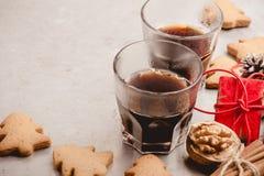 Dos vidrios de galletas del café sólo y del pan de jengibre Imagenes de archivo