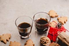 Dos vidrios de galletas del café sólo y del pan de jengibre Imagen de archivo