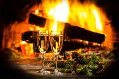 Dos vidrios de la decoración del Año Nuevo del vino y de la Navidad, chimenea Imagen de archivo libre de regalías