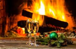 Dos vidrios de la decoración del Año Nuevo del vino y de la Navidad, chimenea Fotos de archivo libres de regalías