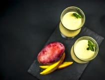 Dos vidrios de lassi del mango desde arriba Imagenes de archivo
