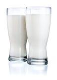 Dos vidrios de leche fresca aislados en blanco Fotografía de archivo