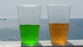 Dos vidrios de limonada contra la perspectiva del mar y del horizonte almacen de video