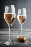 Dos vidrios de Rose Pink Champagne fotografía de archivo libre de regalías