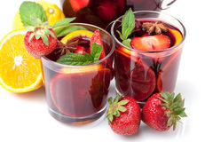 Dos vidrios de sangría de la fruta fresca Fotos de archivo libres de regalías