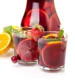 Dos vidrios de sangría de la fruta fresca Imágenes de archivo libres de regalías
