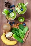 Dos vidrios de smoothie y de ingredientes sanos verdes Imágenes de archivo libres de regalías
