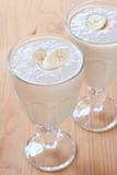 Dos vidrios de smoothies frescos del plátano Foto de archivo