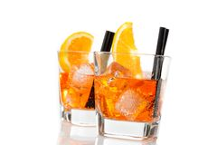 Dos vidrios de spritz el cóctel del aperol del aperitivo con las rebanadas y los cubos de hielo anaranjados Fotos de archivo