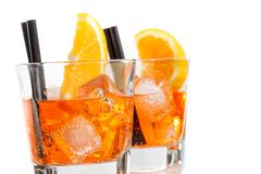 Dos vidrios de spritz el cóctel del aperol del aperitivo con las rebanadas y los cubos de hielo anaranjados Foto de archivo libre de regalías
