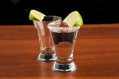 Dos vidrios de tequila, de sal y de cal Fotos de archivo libres de regalías
