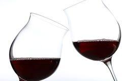 Dos vidrios de tostar del vino rojo Fotografía de archivo