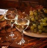 Dos vidrios de vino blanco Fotos de archivo