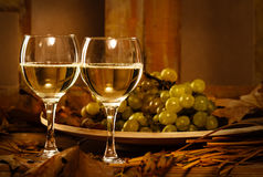 Dos vidrios de vino blanco Imagenes de archivo