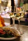 Dos vidrios de vino blanco en Florencia foto de archivo libre de regalías