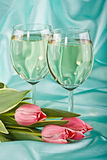 Dos vidrios de vino blanco y de los tulipanes Imagenes de archivo