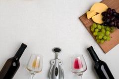 Dos vidrios de vino blanco y rojo, de queso y de las uvas Visión superior Fotos de archivo libres de regalías