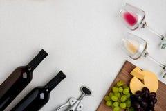 Dos vidrios de vino blanco y rojo, de queso y de las uvas Visión superior Foto de archivo libre de regalías