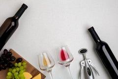 Dos vidrios de vino blanco y rojo, de queso y de las uvas Visión superior Foto de archivo