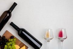 Dos vidrios de vino blanco y rojo, de queso y de las uvas Visión superior Fotografía de archivo libre de regalías