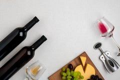 Dos vidrios de vino blanco y rojo, de queso y de las uvas Visión superior Imagenes de archivo