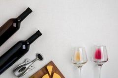Dos vidrios de vino blanco y rojo y de queso Visión superior Fotografía de archivo libre de regalías