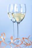Dos vidrios de vino con el vino blanco Imagenes de archivo